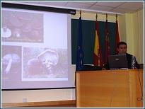 El Dr. Pedro Sánchez Gómez durante el transcurso de la charla