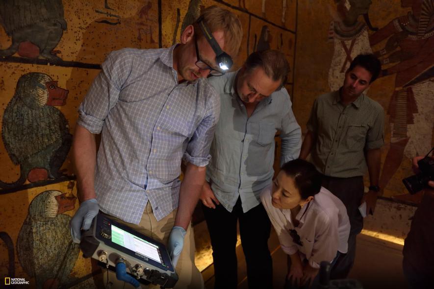 Jóvenes científicos realizando pruebas en la cámara funeraria del Rey Niño. (National Geographic. 2016)