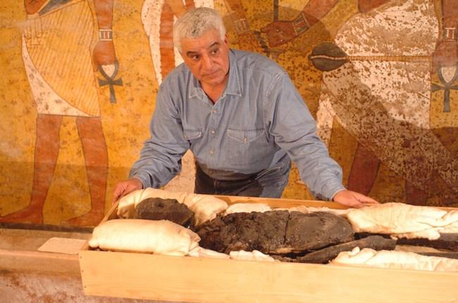 El doctor Zahi Hawass examina la momia de Tutankamón en la tumba KV-62. (Foto: Z.H. Gurbrevista.2016)