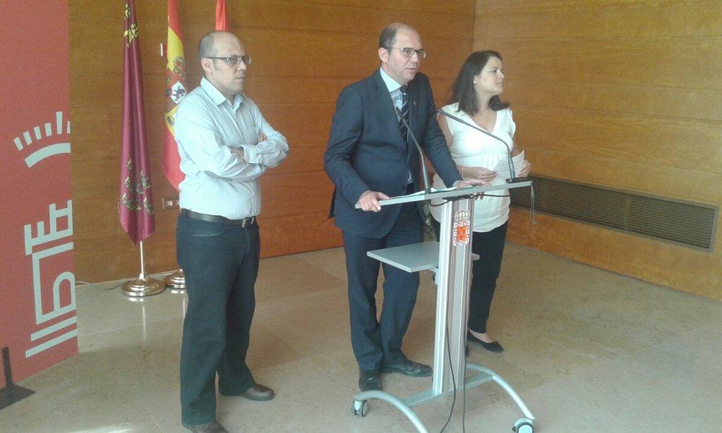 Vicerrector presentando el acuerdo entre Ayto y UMU para el servicio de préstamo de bicicletas